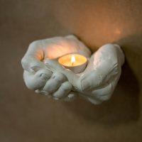פמוט בצורת ידיים