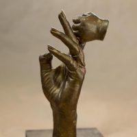 יד תינוק אוחזת יד